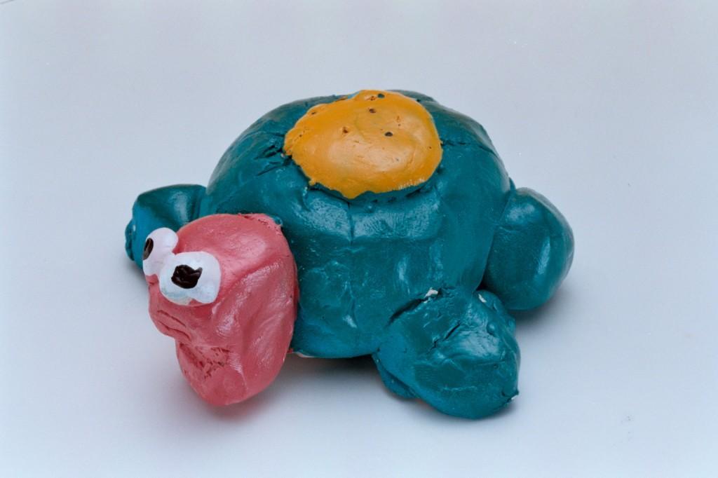 195小孩捏塑陶土烏龜