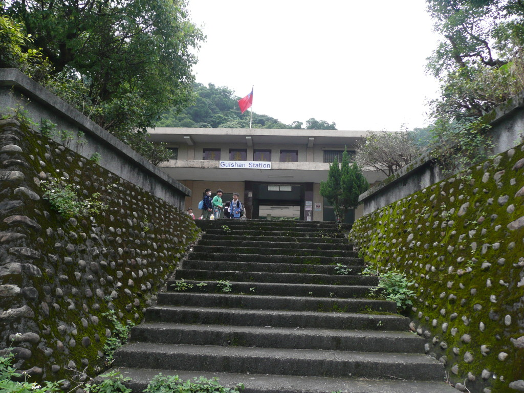 爬上階梯才能抵達龜山車站入口